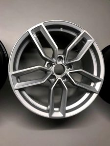 Refurbished diamond cut alloy wheel silver rubber